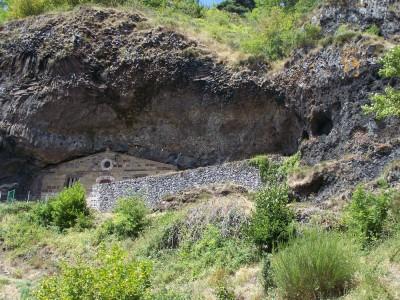Chapelle de la Madeleine construite dans la roche.